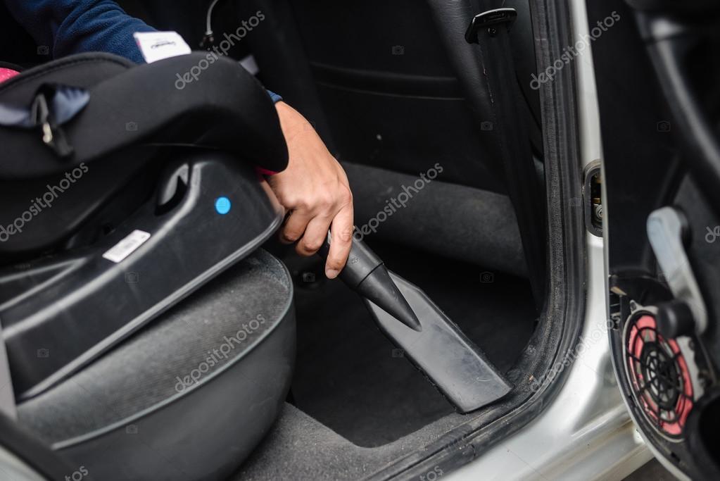 Auto auto service schoonmaken en stofzuigen interieur — Stockfoto ...