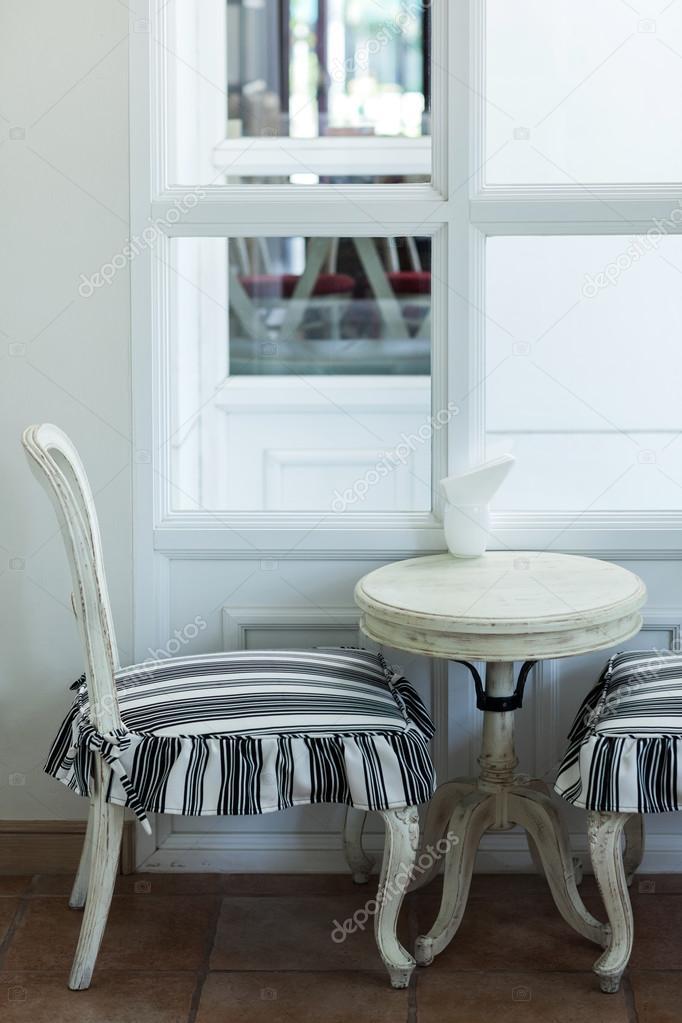 Antike möbel tische und stühle  Weiß, antiken Möbeln, Tisch und Stühle im café — Stockfoto ...