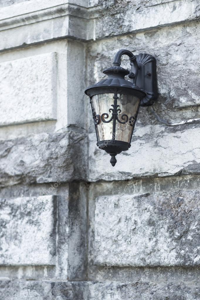 Eisen Lampe alte eisen-lampe auf steinmauer mittelalter burg — stockfoto