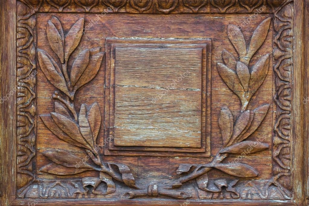 Puerta de talla de madera con placa de vacíela con el ornamento de ...