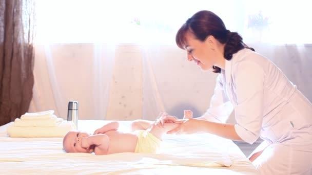 Doktor dělá baby masáže