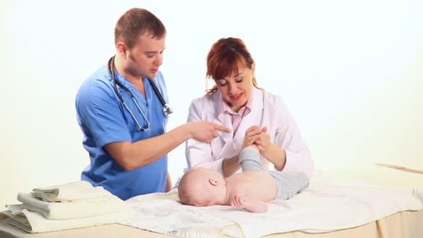dva lékaři a dítě pro masáž