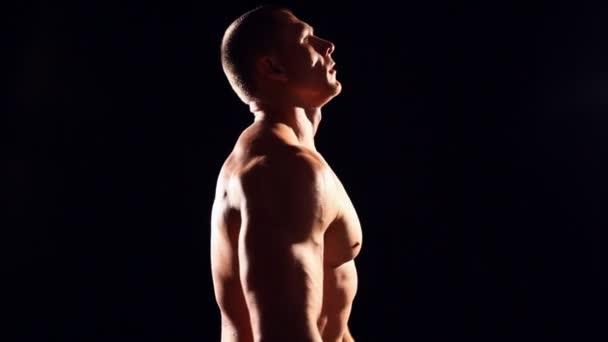 Bodybuilder macht aktives Training