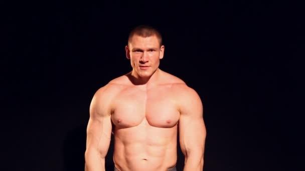 bodybuilder petto muscoli riproduce