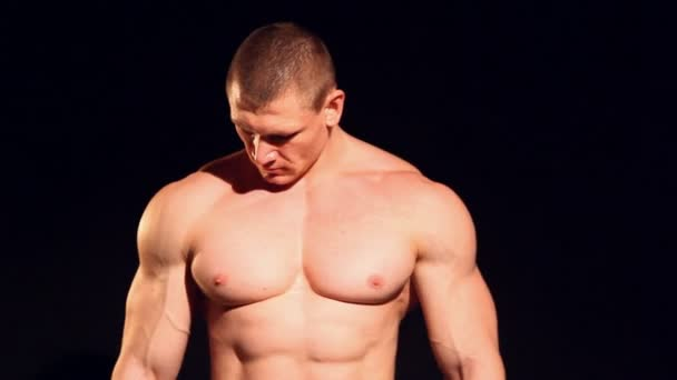 bodybuilder chest muscles plays