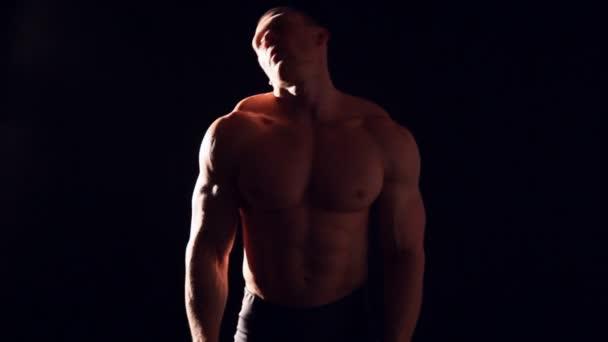 Bodybuilder knetet seine Nackenmuskeln