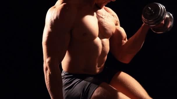 Bodybuilder beim Hantelbankdrücken