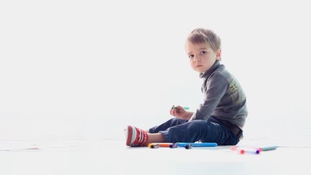 malý chlapec sedí kreslí