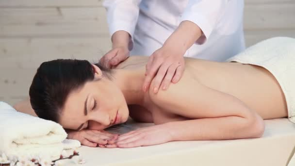 schöne Mädchen tun Massage in der Therme