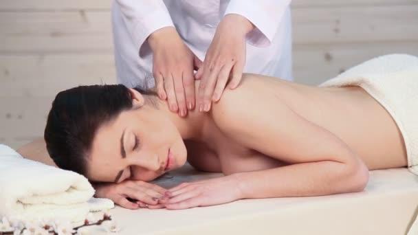 hodná holka dělá masáž v lázních