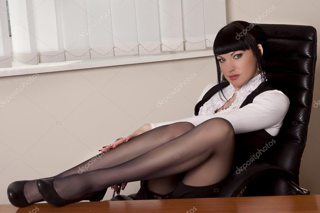 Девушки ноги под столом фото 356-172