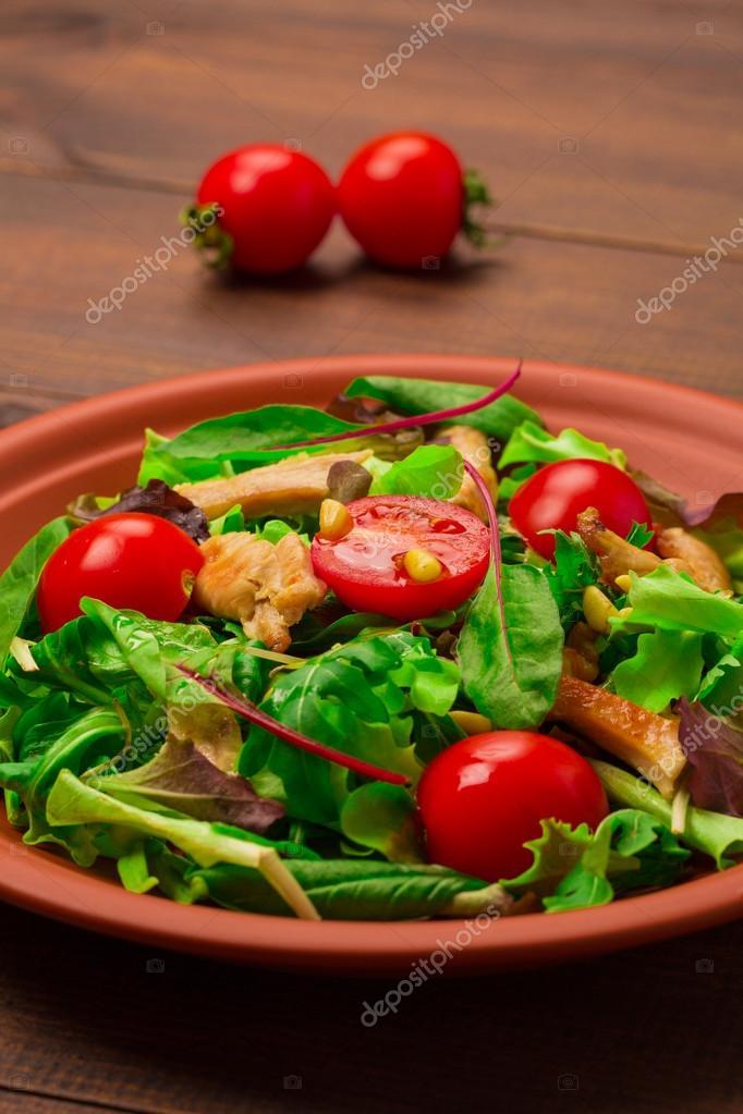 Салат с рукколой помидорами и куриной грудкой