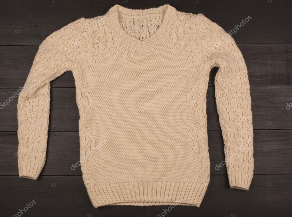 Χειμωνιάτικα ρούχα. Όμορφη γυναικεία ρούχα σε ξύλινα φόντο. Τα πράγματα που  είναι χειροποίητα — ac0d003fa14