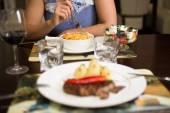Grilovaný steak s restovanou zeleninou a čerstvým rozmarýnem