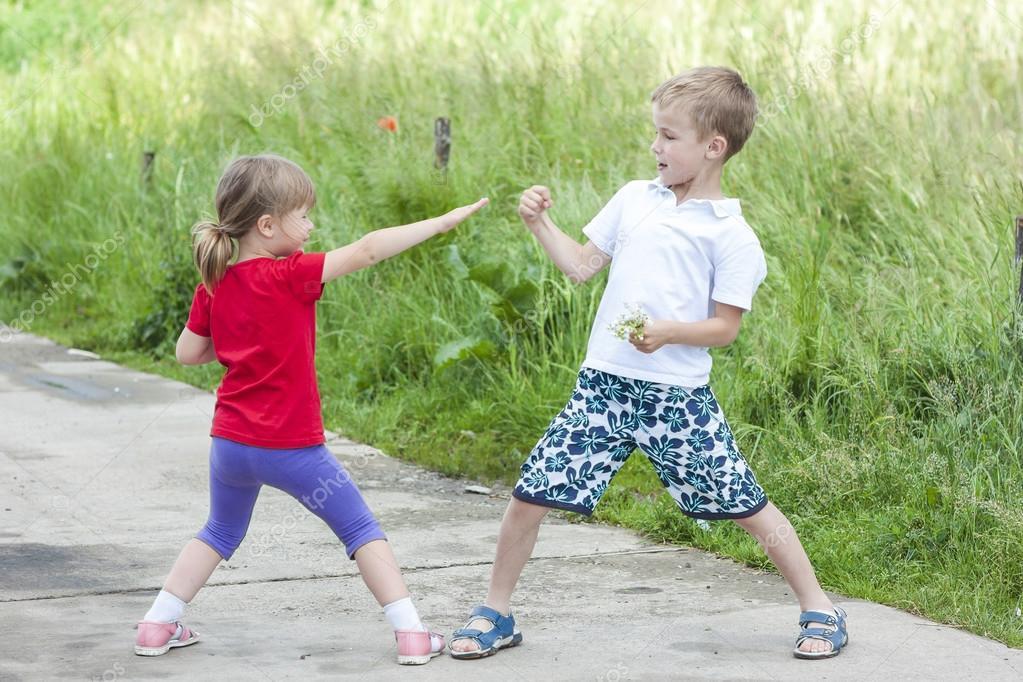 crianças brincando de luta no dia de verão ensolarado fotografias