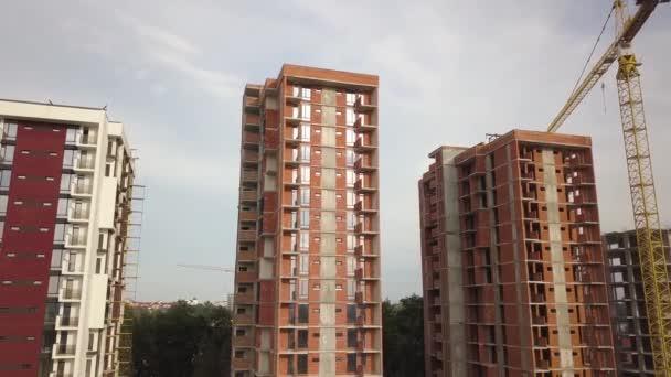 Légi kilátás magas lakóépületek építés alatt. Ingatlanfejlesztés.