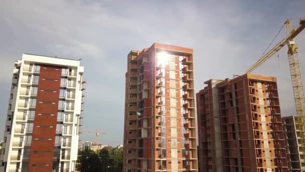 Letecký pohled na vysoké bytové domy ve výstavbě. Nemovitosti development.