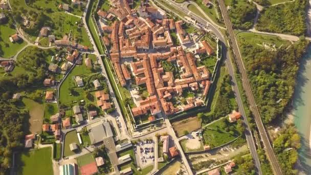 Légi kilátás a kis régi európai város piros csempe tetők kis házak és szűk utcák.