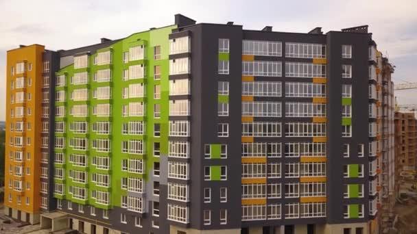 Letecký pohled na obytnou čtvrť s vysokými činžovními domy ve výstavbě.
