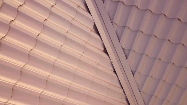 Letecký pohled na dům střešní konstrukce pokryté hnědé kovové plechy.