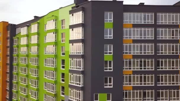 Légi kilátás a város lakóterület nagy apartman épületek építés alatt.