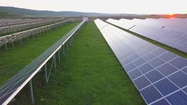 Zöld mezők napenergia panelekkel a megújuló villamos energia előállításához.