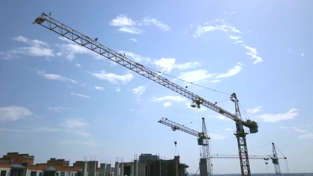 Vysoký jeřáb průmyslové věže na staveništi nové obytné budovy.