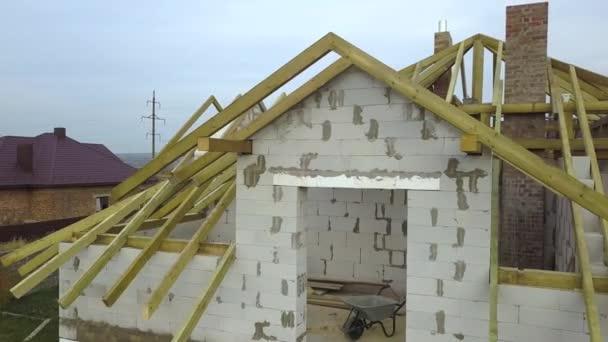 Luftaufnahme eines Privathauses mit Porenbeton-Ziegelwänden und Holzrahmen für das zukünftige Dach.