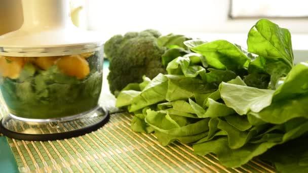 Vaření ze zelené smoothie v mixéru