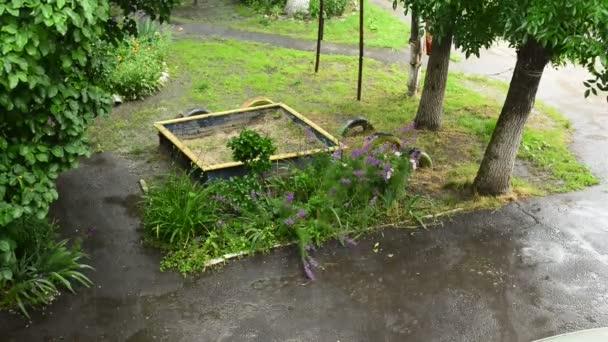 Deštivý den v malém parku
