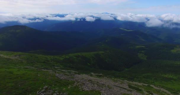 Letecký pohled na Karpaty, hřebeny, které jedle, louky, svahy s kameny v pošmourné ráno