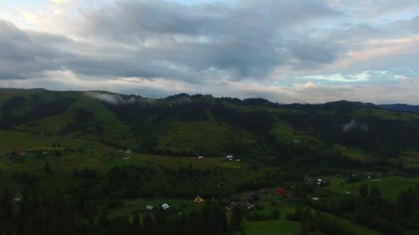 Letecký pohled na horských údolí