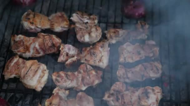Csirke grill és a füst a grillezés