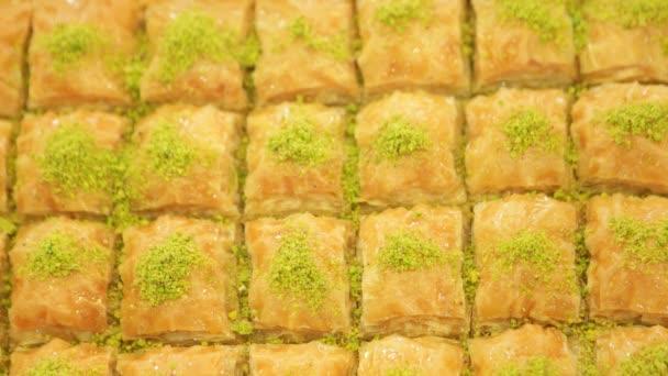 Turecký dezert - baklava, připravené k prodeji v restauraci