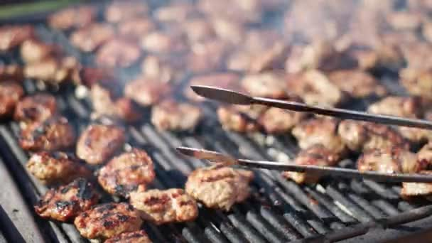 Gril, grilování masa pro piknik
