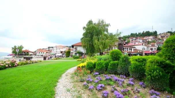 Ochrrid, Makedonie, červen 2015: nádherný výhled na park v centru Ochridu. Město v Ochridu je proslulé historickým centrem UNESCO a krásným jezerem oddělujícím Makedonii od Albánie.