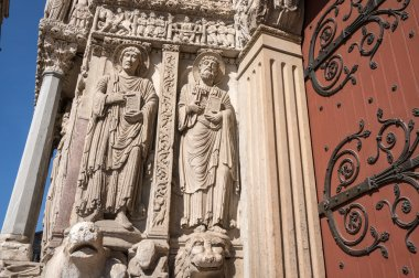 Statues of apostles on the wall