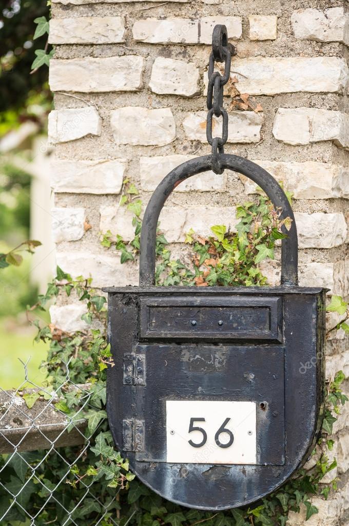 ancienne bo te aux lettres avec la forme d 39 un cadenas photographie hzparisien. Black Bedroom Furniture Sets. Home Design Ideas