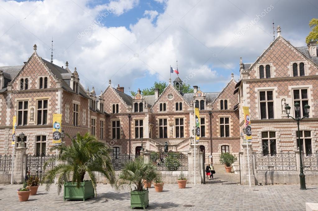 https://st2.depositphotos.com/7164006/10042/i/950/depositphotos_100421534-stock-photo-the-hotel-groslot-in-orleans.jpg