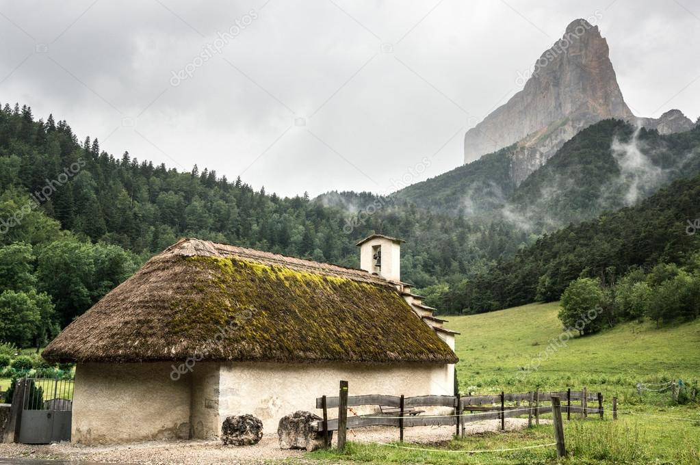 Chapelle de Trezanne in front of Mont Aiguille