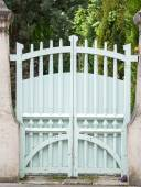 Photo White wooden gate