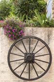 Fotografia ruota di legno sul muro