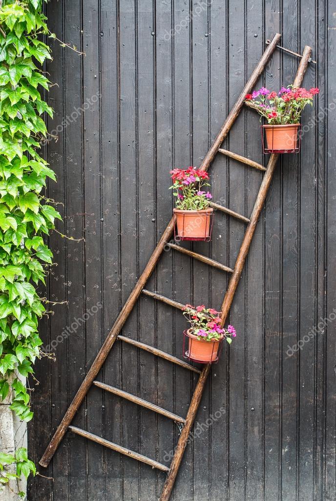 Scaletta di legno con vasi di fiori foto stock for Vasi di legno