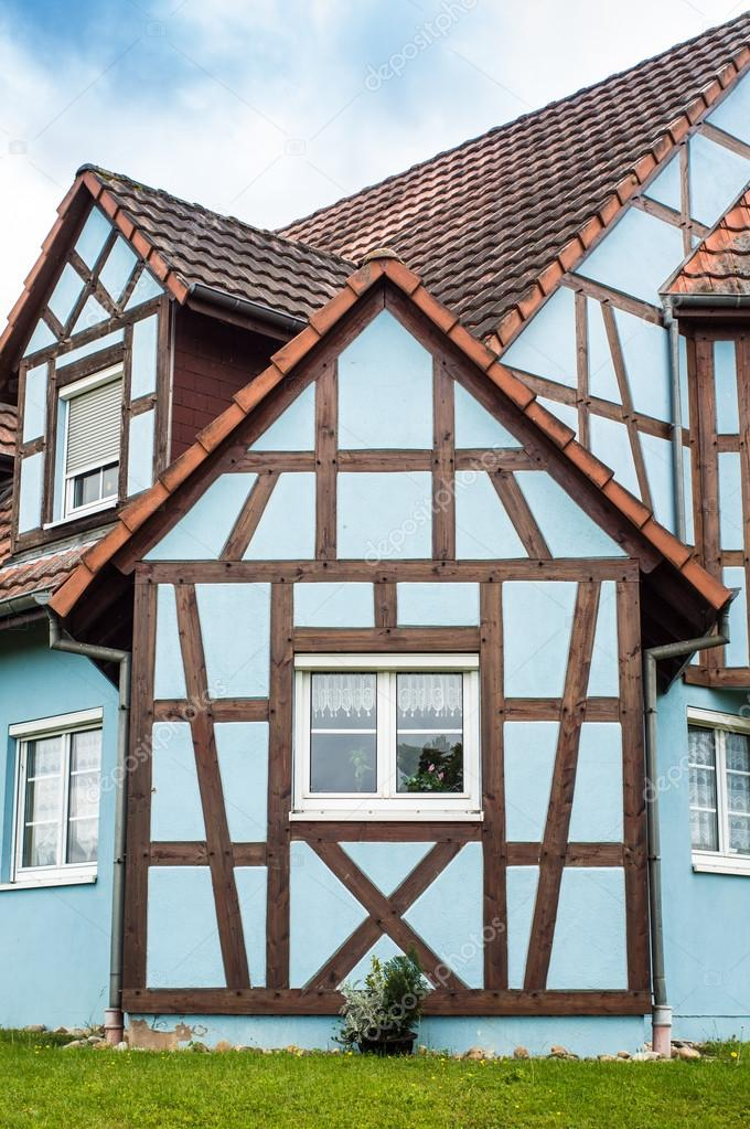 Typischen Holz-Rahmen Haus — Stockfoto © hzparisien@gmail.com #99889692