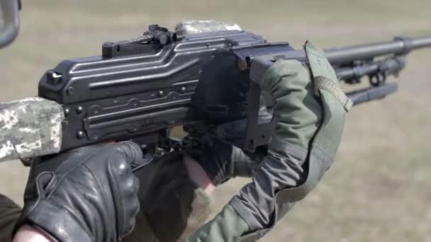 Voják s kulometem na vojenské střelnici střelbu na terč.