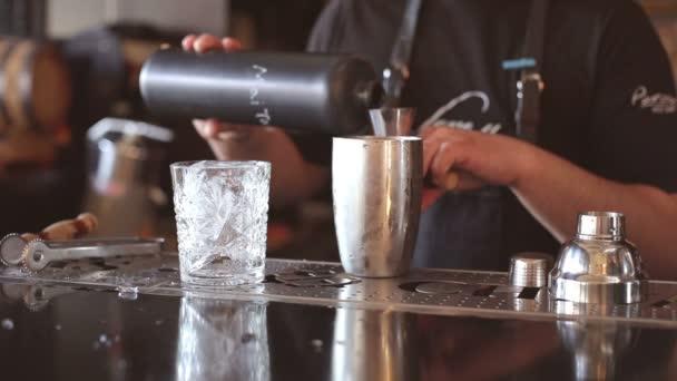 Barthender macht Cocktails an der bar