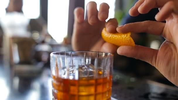 Sprej oranžový obloha nad drinkem