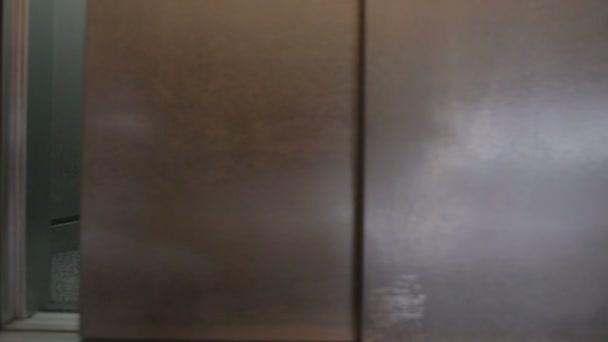 Hühnchen in Fahrstuhltür öffnen und schließen