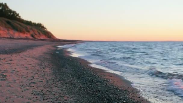 Üres a homok és kavics a naplemente