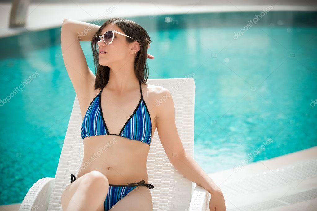 Сексуальная красавица бассейн